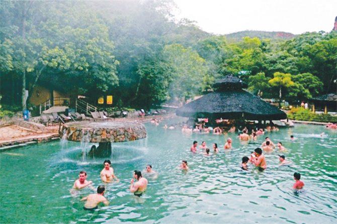 Abastecido pelo maior rio quente do mundo com uma temperatura constante de 37,5ºC. O complexo aquático do Rio Quente Resort é composto por 13 piscinas