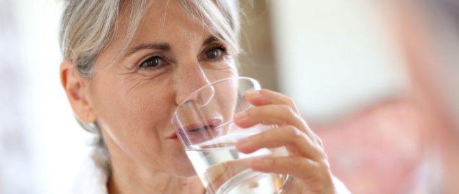 Formas de oferecer água ao idoso dependente