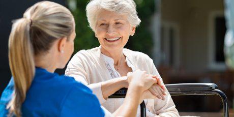 Diversos motivos para apoiar um cuidador profissional de idosos